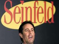 <p>El comediante Jerry Seinfeld (en la foto) será una de las celebridades clave en la campaña de publicidad del líder global de software Microsoft, que asciende a 300 millones de dólares y está destinada a cambiar su imagen, informó el jueves Wall Street Journal, citando fuentes cercanas al asunto. Seinfeld, conocido por su serie homónima de televisión, aparecerá en los anuncios junto al presidente de Microsoft Bill Gates, y recibirá unos 10 millones de dólares por el trabajo, agregó el periódico. Photo by Shuan Heasley/Reuters</p>