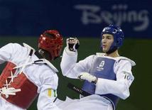 <p>Mauro Sarmiento (in blu) in un incontro di qualificazione nel taekwondo contro l'ivoriano N'guessan Sebastien Konan, il 22 agosto 2008. REUTERS/Alessandro Bianchi (Cina)</p>