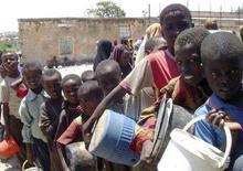 <p>Bambini somali in fila per ricevere gli aiuti alimentari del World Food Programme (Wfp) dell'Onu, a Mogadiscio, il 21 agosto 2008. REUTERS/Ismail Taxta (Somalia)</p>