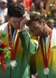 <p>Márcio e Fábio após receberen suas medalhas de prata no vôlei de praia  REUTERS. Photo by Carlos Barria</p>