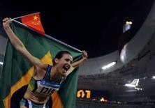 <p>Maurren Higa Maggi comemora medalha de ouro no salto em distância dos Jogos de Pequim no estádio Ninho de Pássato, nesta sexta-feira. Photo by Kai Pfaffenbach</p>