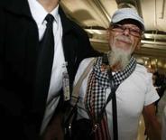 <p>O músico inglês Gary Glitter anda no aeroporto de Bangcoc, dia 20 de agosto. O cantor britânico Gary Glitter, que acaba de cumprir três anos de prisão no Vietnã por abuso sexual infantil, retornou a Londres na sexta-feira depois de não conseguir encontrar refúgio na Ásia. Photo by Sukree Sukplang</p>