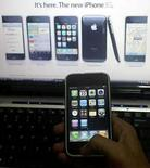 <p>Un hombre sostiene un iPhone 3G de Apple en una tienda en la ciudad india de Lucknow, 22 ago 2008. La estadounidense Apple Inc espera vender 3,5 millones de iPhones en Rusia en los próximos dos años, según fuentes de la industria familiarizadas con los acuerdos que negocia la firma estadounidense con operadores rusos de telecomunicaciones. Unos 600.000 iPhones operan actualmente en Rusia, a través de ventas no autorizadas, pero unos dos operadores firmaron acuerdos con el fabricante estadounidense, que espera concretar un nuevo contrato la próxima semana. Photo by Pawan Kumar/Reuters</p>