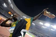 <p>O jamaicano Usain Bolt faz gestos como o de um arqueiro disparando uma flecha, depois de conquistar a terceira medalha de ouro e de bater o terceiro recorde mundial, em Pequim, desta vez no revezamento 4x100. O presidente do COI, Jacques Rogge criticou a irreverência do atleta, que respondeu: 'só estou me divertindo'. Photo by Kai Pfaffenbach</p>