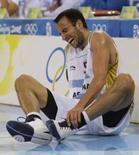 <p>Manu Ginobili, da Argentina, logo após torcer o tonozelo durante o primeiro quarto da final do basquete Olímpico em Pequim. O melhor jogador da equipe porteña ficou fora do resto da partida. Photo by Sergio Perez</p>