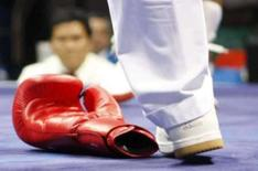 <p>Árbitro passa perto da luva do boxeador Elshod Rasulov, do Uzbequistão, em foto do dia 20 de agosto. Photo by Lee Jae-Won</p>