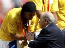 <p>Ronaldinho recebe medalha de bronze das mãos do presidente da Fifa, Joseph Blatter, durante premiação do futebol no estádio Ninho de Pássaro, neste sábado. Photo by Marcos Brindicci</p>