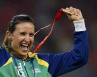 <p>Maurren Higa Maggi vibra no pódio com a medalha de ouro conquistada no salto em distância dos Jogos de Pequim, nas sexta-feira. Photo by Mike Blake</p>