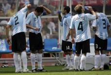 <p>Jogadores da Argentina se refrescam durante pausa na final dos Jogos de Pequim contra a Nigéria. O calor no Ninho de Pássaro chegou a 42 graus. Photo by Daniel Aguilar</p>