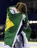 <p>Natália Falavigna comemora com a bandeira do Brasil a vitória sobre a sueca Karolina Kedzierska na disputa da medalha de bronze no taekwondo dos Jogos de Pequim, neste sábado. Photo by Alessandro Bianchi</p>