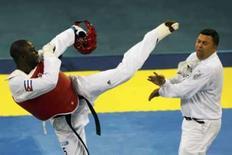 <p>Cubano Angel Valodia Matos chuta o árbitro Chakir Chelbat, da Suécia, durante luta de taekwondo dos Jogos de Pequim, neste sábado. O cubano foi expulso definitivamente do esporte pela agressão. Photo by Issei Kato</p>