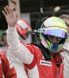 <p>Felipe Massa acena após conquistar a pole position para o Grande Prêmio da Europa de Fórmula 1, neste sábado, em Valencia. Photo by Dani Cardona</p>