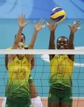 <p>Sheilla e Fabiana bloqueam jogadora dos EUA durante decisão da medalha de ouro dos Jogos de Pequim. O Brasil sagrou-se campeão ao vencer por 3 sets a 1. Photo by Daniel Aguilar</p>