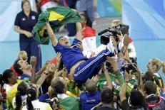 <p>Membros da deleção da seleção feminina de vôlei do Brasil jogam o técnico José Roberto Guimarães para o alto após a conquista da medalha de ouro nos Jogos de Pequim. O Brasil venceu os EUA por 3 sets a 1. Photo by Daniel Aguilar</p>