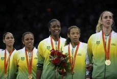 <p>Brasil iguala recorde de 15 medalhas. Jogadoras da seleção brasileira de vôlei feminino ouvem o hino nacional no pódio após a conquista da medalha de ouro contra os Estados Unidos. 23 de agosto. Photo by Alexander Demianchuk</p>