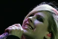 <p>Foto de archivo de la cantante pop canadiense Avril Lavigne en Budapest, 7 jul 2008. Malasia permitió a la estrella por canadiense Avril Lavigne realizar un concierto antes de la celebración del Día de la Independencia, dando pie atrás a su decisión de prohibir el espectáculo luego de las protestas de un partido islamista. La decisión de realizar el concierto del 29 de agosto en Kuala Lumpur se tomó tras una reunión de gabinete donde se estudiaron las garantías otorgadas por el organizador del concierto, informó la agencia de noticias Bernama citando al Ministro de Artes y Cultura, Mohamad Shafie Apdal. (Foto de archivo) Photo by (C) KAROLY ARVAI / REUTERS/Reuters</p>