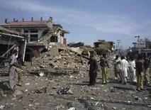 <p>Una vista general del daño sufrido en la estación de policía de Charbagh, a las afueras de Mingora, tras un ataque suicida con bomba en la región de Swat, Pakistán, 23 ago 2008. Soldados pakistaníes y helicópteros de combate atacaron el domingo guaridas de milicianos islamistas en el Valle Swat, dijo el Ejército, después de fieros enfrentamientos en los que murieron 50 insurgentes y 10 soldados durante las últimas 24 horas. La respuesta a la cada vez mayor violencia es una prueba para la dividida coalición gobernante, que enfrenta problemas internos luego de la renuncia como presidente de Pervez Musharraf, un acérrimo aliado de Estados Unidos. Photo by Str/Pakistan/Reuters</p>