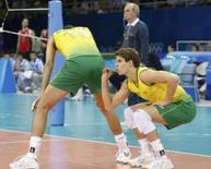 <p>Bruninho gesticula atrás de Dante durante a final do Jogos de Pequim contra os EUA. Os norte-americanos venceram por 3 sets a 1. Photo by Stefano Rellandini</p>