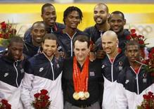 <p>Técnico dos Estados Unidos Mike Krzyzewski (centro) com as medalhas de seus jogadores, após a vitória dos EUA sobre a Espanha na final do basquete masculino dos Jogos de Pequim, neste domingo. Photo by Jason Reed</p>