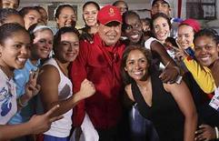 <p>El presidente venezolano, Hugo Chávez, (al centro en la imagen) posa con atletas olímpicos de su país durante la transmisión dominical de su programa  'Aló Presidente' en Petare, Venezuela, 24 ago 2008. El presidente venezolano, Hugo Chávez, pidió el domingo tener cuidado con las 'telenovelas capitalistas', a las que acusó de intentar envenenar ideológicamente a niños y jóvenes, incitándolos a la violencia y la prostitución. El mandatario acusa constantemente a algunos medios de estar al servicio de la 'oligarquía' local y el año pasado negó renovar la concesión a un canal de televisión opositor. Photo by Reuters (Handout)</p>