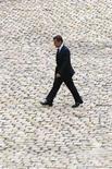 """<p>Президент Франции Николя Саркози на площади в Париже, 21 августа 2008 года. Франция в воскресенье призвала лидеров европейских стран первого сентября провести саммит по Грузии, на территории которой после ее столкновения с Южной Осетией Россия начала строительство постоянных постов в так называемой """"буферной зоне"""". REUTERS/Charles Platiau (FRANCE)</p>"""