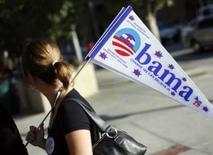 <p>Mulher segura bandeira de apoio ao candidato democrata à Presidência, Barack Obama, em Denver. Obama enfrenta nessa semana os desafios de curar o racha do Partido Democrata e delinear as diferenças entre ele e o republicano John McCain. Photo by Shannon Stapleton</p>