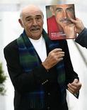<p>Puede que el actor Sean Connery (en la foto) haya dejado de hacer películas, pero aún cree que le quedan cosas por hacer. Connery celebró su cumpleaños número 78 con una aparición el lunes en el último día del Festival Internacional de Libros de Edimburgo para lanzar su autobiografía, 'Being a Scot' (Ser escocés). Photo by David Moir/Reuters</p>