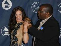<p>Randy Jackson ajuda Kara DioGuardi com seu vestido em cerimônia anual que prestigia artistas em Los Angeles em 8 de junho de 2006. O programa de televisão 'American Idol', que promove talentos musicais nos EUA, acrescentou a compositora e produtora Kara DioGuardi como a quarta jurada, ao lado de Simon Cowell, Paula Abdul e Randy Jackson. Photo by Lucas Jackson</p>