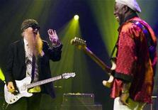 <p>Billy Gibbons (L) of ZZ top performs as a surprise guest with Blues and rock musician Buddy Guy at the 42nd Montreux Jazz Festival in Montreux July 9, 2008. REUTERS/Valentin Flauraud</p>