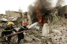 <p>Пожарники тушат пожар после авиационного налета на город Садр в Багдаде 29 апреля 2008 года. Самоубийца, одетый в жилет, начиненный взрывчаткой, во вторник взорвал себя в толпе новобранцев иракской полиции, убив 28 человек и ранив 45, сообщила полиция.REUTERS/Kareem Raheem (IRAQ)</p>