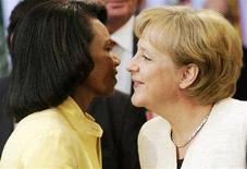 <p>Канцлер Германии Ангела Меркель (справа) и госсекретарь США Кондолиза Райс в Берлине, 24 июня 2008 года. США и Германия осудили решение России признать независимость двух отколовшихся от Грузии республик - Южной Осетии и Абхазии. REUTERS/Hannibal Hanschke (GERMANY)</p>