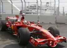 <p>O piloto de Fórmula 1 da Ferrari, Kimmi Raikkonen, da Finlândia, durante treino no circuito de Valência. A Ferrari estava preocupada com o motor do carro de Raikkonen antes dele falhar no GP da Europa, o que prejudicou as esperanças da equipe de se tornar campeã da Fórmula  Photo by Albert Gea</p>