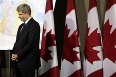 <p>Prime Minister Stephen Harper listens to Minister of Natural Resources Gary Lunn (not pictured) speak during a news conference at the Library and Archives of Canada in Ottawa, August 26, 2008. REUTERS/Christopher Pike</p>