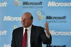 <p>Foto de archivo del presidente Ejecutivo de Microsoft, Steve Ballmer, durante la ceremonia de inauguración del nuevo centro de investigación y desarrollo de la empresa en Herzliya, Israel, 21 mayo 2008. Las ventas de programas para bases de datos de Microsoft Corp y Oracle Corp se mantienen fuertes este año, luego de que ambas firmas ganarán participación de mercado al grupo de servicios informáticos IBM en el 2007, según la firma de investigaciones de mercado Gartner. 'Microsoft y Oracle siguen avanzando en algunas áreas de alto crecimiento' dijo Colleen Graham analista de Gartner en una entrevista. 'IBM sigue luchando', añadió. (Foto de archivo) Photo by (C) GIL COHEN MAGEN / REUTERS/Reuters</p>
