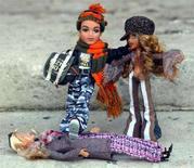<p>Due bambole Bratz e una Barbie a terra. REUTERS/Stephen Hird</p>