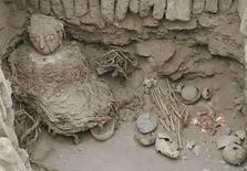 <p>Una momia de la cultura preincaica Wari es vista en el complejo ceremonial Huaca Pucllana, Lima, 26 ago 2008. Arqueólogos que trabajan en las ruinas de la Huaca Pucllana de Perú desenterraron el martes los restos de una momia mujer Wari, una cultura que floreció antes de los Incas. Además de la mujer momificada, la tumba contenía los restos de otros dos adultos y un niño probablemente sacrificado. Es la primera tumba intacta que se ha encontrado del imperio Wari en la Huaca Pucllana, ubicada en Lima, e investigadores creen que tiene unos 1.300 años de antigüedad. Photo by Enrique Castro-Mendivil/Reuters</p>