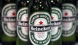 <p>Heineken NV, el tercer mayor productor de cervezas del mundo, reportó el miércoles un aumento de un 7,4 por ciento en sus ganancias operacionales del primer semestre y ventas mejores a las esperadas, pese al incremento en los costos de los granos y los envases. Los ingresos subyacentes en Africa y Oriente Medio crecieron un 23 por ciento. Photo by (C) STEPHEN HIRD / REUTERS/Reuters</p>
