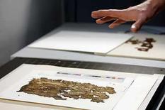 <p>Científicos israelíes están tomando fotografías digitales de los rollos del Mar Muerto con el propósito de que los documentos, de 2.000 años de antigüedad, estén disponibles para el público e investigadores en internet. La Autoridad israelí de Antigüedades, que custodia los textos que arrojan luz sobre la vida de los judíos y los primeros cristianos en la época de Jesucristo, dijo el miércoles que llevaría más de dos años completar el proyecto. Photo by Ronen Zvulun/Reuters</p>