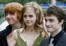 <p>Warner Bros., que tiene los derechos de las películas de Harry Potter, ha demandado a una compañía india cuya nueva película se llama 'Hari Puttar: una comedia de terror', dijo el miércoles el estudio. La empresa estadounidense comenzó los procedimientos legales contra los productores de 'Hari Puttar' por las similitudes con la película de éxito internacional y el fenómeno literario Harry Potter, dijo Deborah Lincoln, portavoz de Warner Bros. Photo by (C) STEPHEN HIRD / REUTERS/Reuters</p>