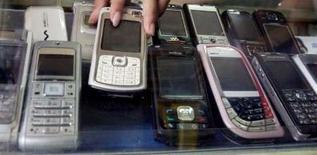<p>Selon le cabinet d'études Gartner, les ventes de téléphones portables devraient rester à peu près stables en Europe de l'ouest sur l'ensemble de cette année, grâce à un net rebond au second semestre. /Photo d'archives/REUTERS/Crack Palinggi</p>