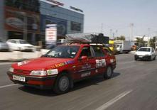 """<p>Participants du rallye écologique """"Grease to Greece"""", dans une rue d'Athènes. Huit équipes dont les véhicules fonctionnaient à l'huile alimentaire ont rejoint Athènes à l'issue d'un rallye parti il y a dix jours de Londres. /Photo prise le 27 août 2008/REUTERS/Yiorgos Karahalis</p>"""
