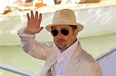 <p>El actor estadounidense Brad Pitt saluda a su llegada al festival de cine de Venecia, Italia, 27 ago 2008. Brad Pitt (en la foto) y George Clooney protagonizan una comedia realizada por los hermanos Coen en la que dos empleados de un gimnasio se ven envueltos en las intrigas del mundo del espionaje internacional, con resultados tanto ridículos como mortíferos. 'Burn After Reading', una mezcla entre película de espías y comedia, le aseguró un enérgico inicio al festival de cine de Venecia de este año, el cual se inauguró el miércoles y termina dentro de 11 días. Photo by Max Rossi/Reuters</p>