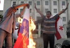 <p>EUA estudam sanções contra Rússia; pacto nuclear está ameaçado. Manifestantes queimam bandera da Rússia em frente a embaixada russa em Tbilisi. Os EUA podem abrir mão de um pacto de energia nuclear com a Rússia como forma de puní-la por sua ação militar na Geórgia. 27 de agosto. Photo by David Mdzinarishvili</p>