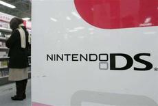 <p>Una pubblicità della console portatile di Nintendo, Ds, in un negozio di Tokyo. REUTERS/Yuriko Nakao (JAPAN)</p>