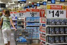 <p>A customer shops at a Wal-Mart Supercenter in Rogers, Arkansas June 5, 2008. REUTERS/Jessica Rinaldi</p>