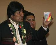<p>Presidente boliviano segura cópia da proposta da nova constituição. A oposição ao governo do presidente da Bolívia, Evo Morales, afirmou na sexta-feira que prepara uma resposta enérgica à decisão do dirigente de realizar em dezembro um plebiscito para colocar em vigor uma nova e polêmica Constituição. 28 de agosto. Photo by Gaston Brito</p>