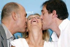 <p>L'attrice Isabella Ferrari baciata dal regista turco Ferzan Ozpetek (s) e dall'attore Valerio Mastandrea alla Mostra del cinema di Venezia. REUTERS/Denis Balibouse</p>