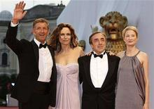 "<p>(L to R) Italian actors Ezio Greggio, Francesca Neri, Silvio Orlando and Alba Rohrwacher, cast members of in competition movie ""Il Papa di Giovanna"" by Italian director Pupi Avati, pose on the red carpet at the Venice Film Festival August 31, 2008. REUTERS/Max Rossi</p>"