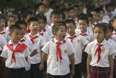 <p>Alcuni bambini delle elementari assistono all'alzabandiera durante la cerimonia di apertura dell'anno scolastico a Nanjing. REUTERS/Jeff Xu (CHINA)</p>