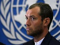 <p>British actor Jude Law listens to a question during a news conference in Kabul, September 1, 2008. REUTERS/Omar Sobhani</p>